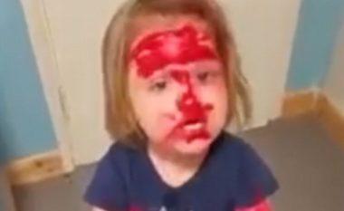Vogëlushja lyhet me buzëkuqin e nënës që të bëhet 'Spider-Man' (Video)