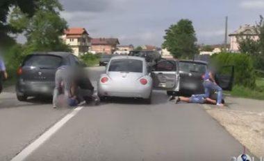 Operacioni i arrestimit të policit të Kosovës që transportonte drogë (Video)
