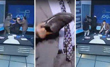 Po debatonin rreth shamisë, myftiu rrihet me këpucë gjatë transmetimit LIVE (Video)