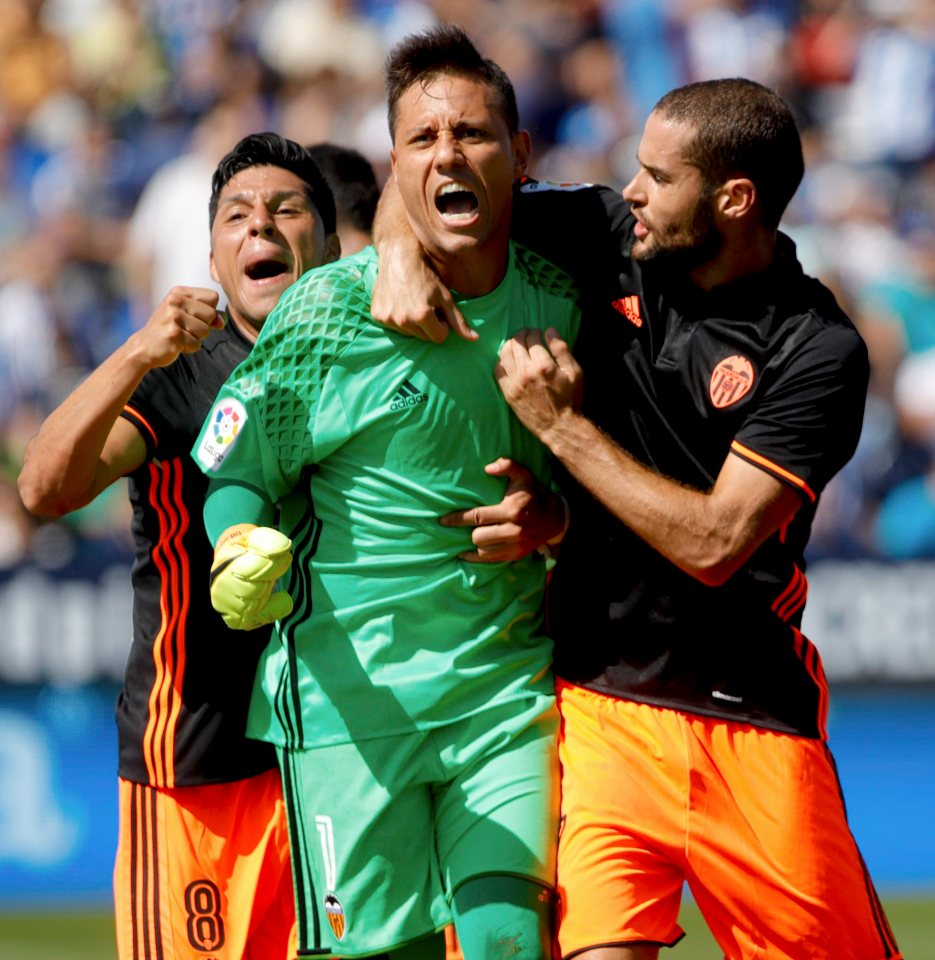epa05555398 Valencia's goalkeeper Brazilian Diego Alves celebrates saving penalty during the Spanish Primera Division soccer match at Butarque stadium in Madrid, Spain, 25 September 2016. EPA/JUANJO MARTIN