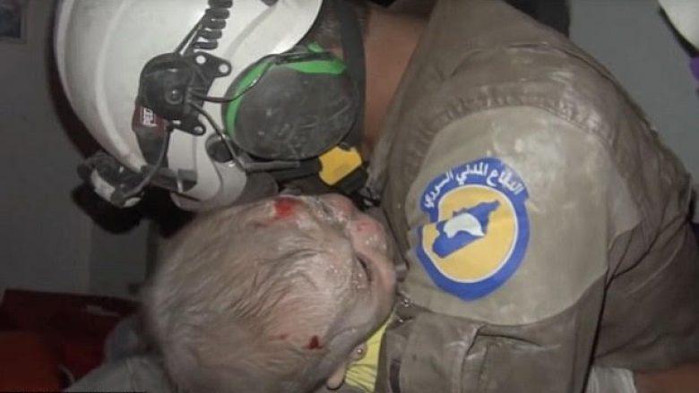 Shpëtohet foshnja nga rrënojat, shpëtimtari shpërthen në lot (Video)