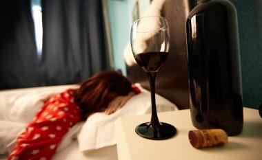 Përse asnjëherë nuk duhet ta përdorni alkoolin për t'ju marrë gjumi?