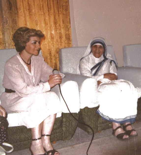 Tefta Radi duke intervistuar Nënë Terezën në Vilën 31. Intervista nuk u transmetua kurrë