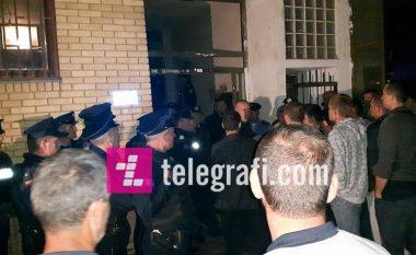 Një 12 vjeçare hidhet nga kati i tretë i banesës në Dardani, ku policia sot intervenoi për t'i larguar banorët (Foto/Video)