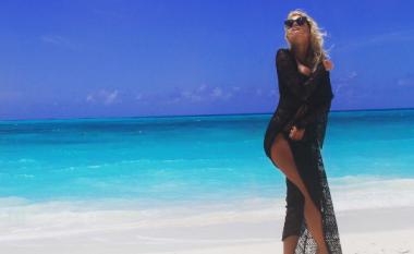 Marina shfaq gjoksin në plazh (Foto)