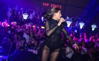 Nora Istrefi shokon fansat: Vishet me fustan transparent në koncert (Foto)