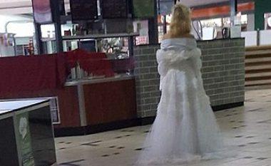 Imazhi që ngjall trishtim: E vetme me fustanin e nusërisë! (Foto)