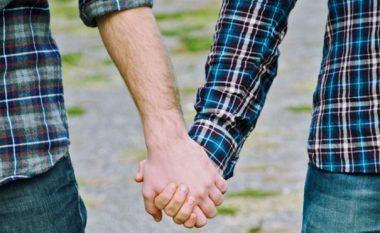 Faqja e Facebook-ut që u mundëson takime homoseksualëve kosovarë (Foto)
