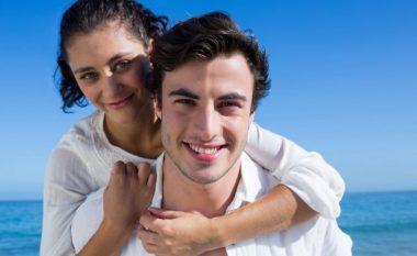 Tri pyetje zbulojnë: A mund të ketë sukses lidhja me mashkullin më të ri?