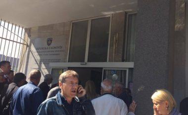 Punëtorët e larguar nga KEDS-i protestojnë para Ministrisë së Punës