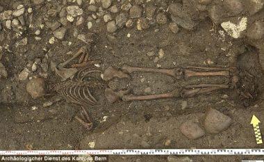 Pamje që hutuan arkeologët: Pse ky njeri u varros me kokën poshtë?! (Foto)