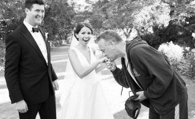 """Kur Tom Hanks ndalon vrapin dhe """"të prish"""" fotografitë e dasmës (Video)"""