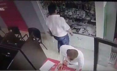 Burri në Tiranë vjedh iPhonin në dyqan pa u shqetësuar (Video)
