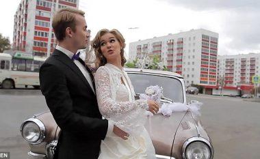 Nusja dhe dhëndri pozonin pranë veturës së tyre, por diçka e papritur u ndodhë (Foto/Video)