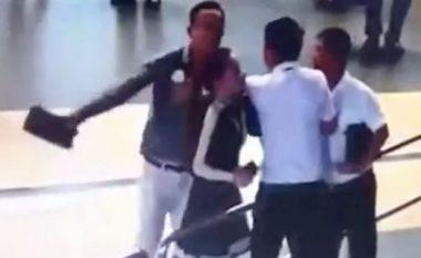 Humb fluturimin, godet me iPad në kokë nëpunësen e aeroportit (Foto/Video, +16)