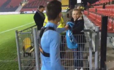 Cila ia dhuron fanellën një tifozi të vogël pas ndeshjes (Video)