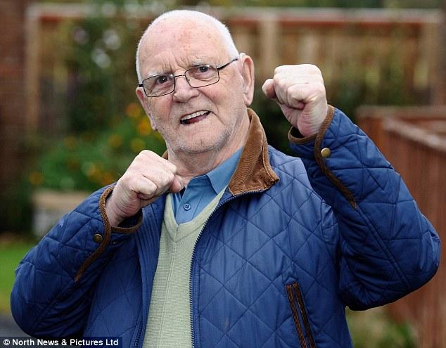 Hajni u pendua keq pasi tentoi ta grabiste të moshuarin që doli të jetë ish boksier foto 2