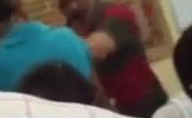 Mësimdhënësi rrahu mizorisht nxënësit (Video)