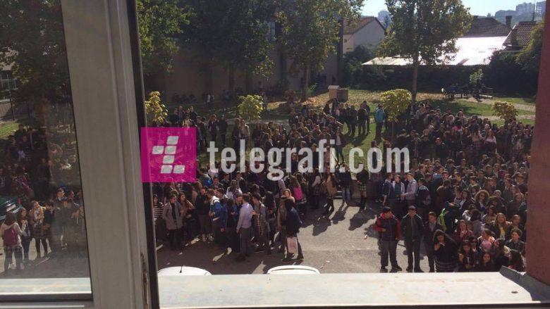"""Nxënësit e """"Sami Frashërit"""" bojkotojnë mësimin, kërkojnë largimin e profesoreshës së Kimisë (Foto)"""