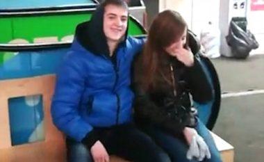 Teknika e veçantë për të përqafuar një vajzë brenda dy sekondave (Video)