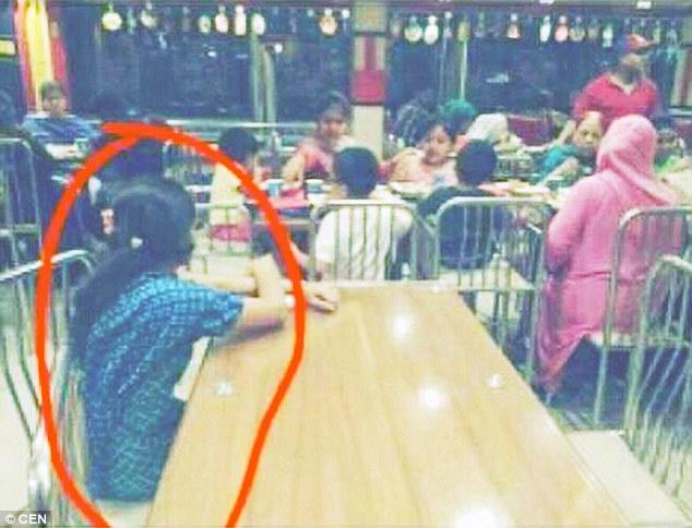 Turpërohen familjarët e pasur që e kishin lënë shërbëtoren e vetmuar në tavolinën tjetër foto 2
