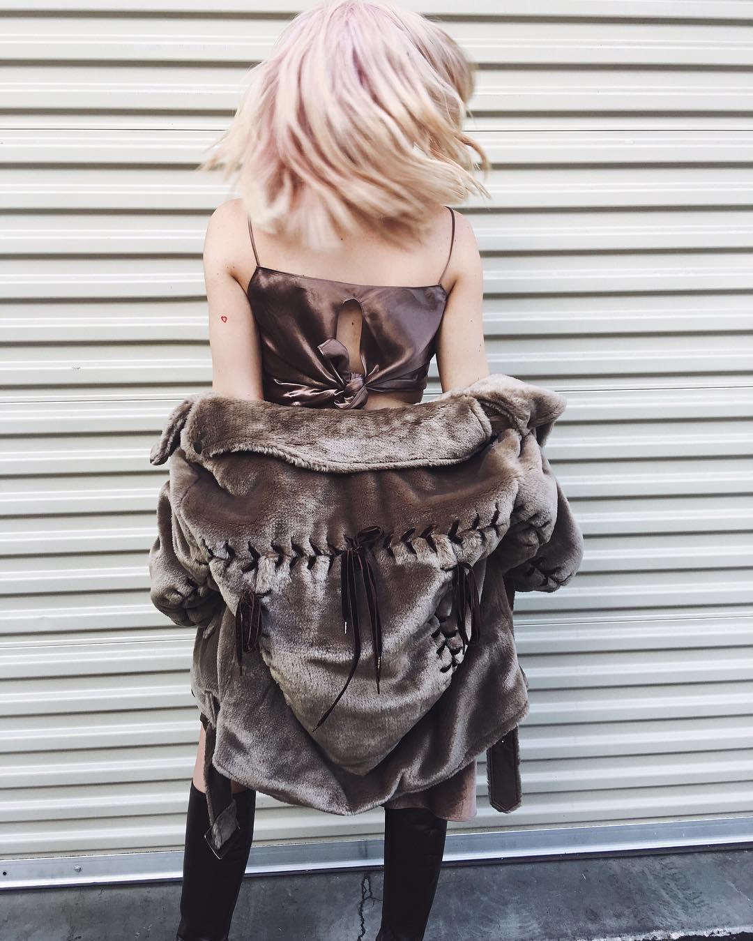 Përzgjedhja e rrobave të saj konsiderohet sensacionale.