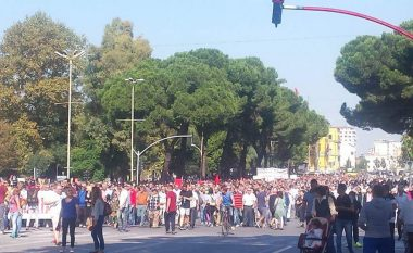 Qindra qytetarë dalin në protestë kundër plehrave (Video)