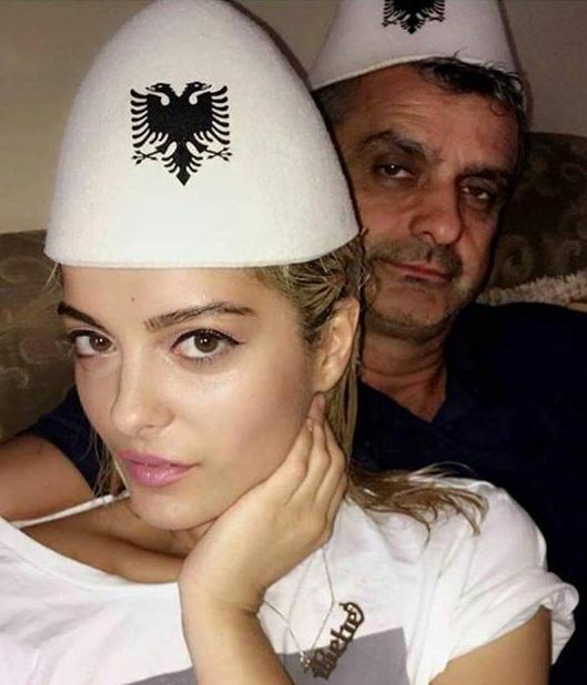 Këngëtarja me të atin duke bërë tifo për kombëtaren shqiptare të futbollit