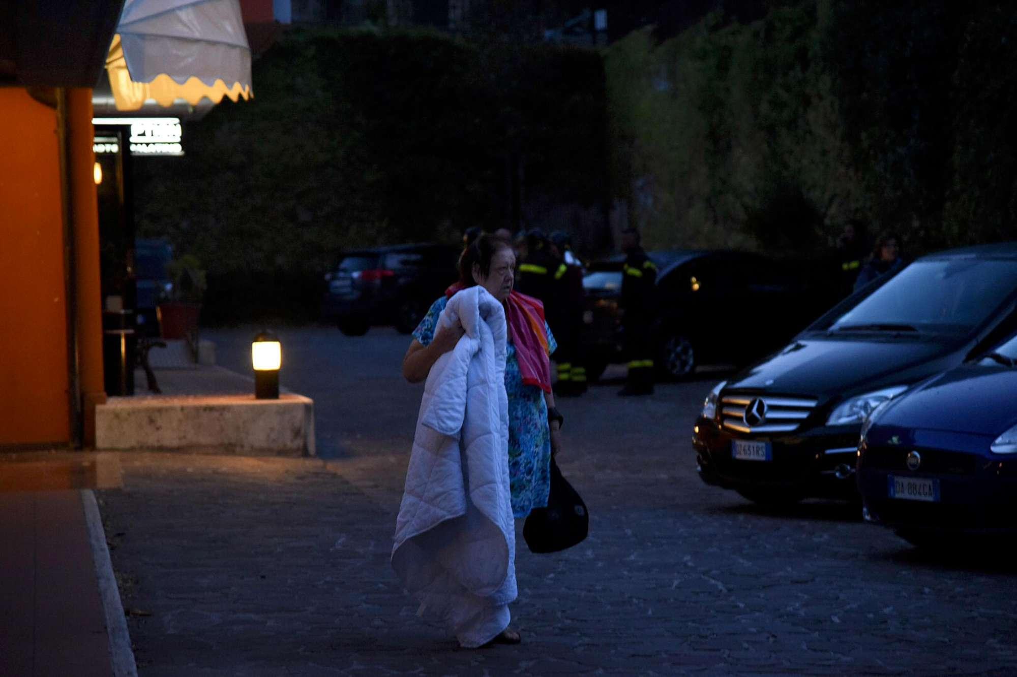 Persone passano la notte in strada a Norcia, dopo la forte scossa di terremoto della notteANSA/MATTEO CROCCHIONI