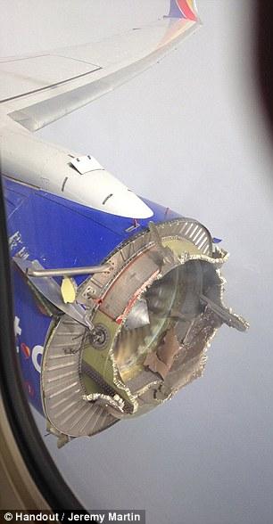 Udhëtarët e tmerruar shikojnë me frikë shkatërrimin e disa pjesëve të aeroplanit foto 2