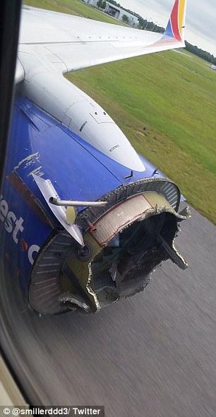 Udhëtarët e tmerruar shikojnë me frikë shkatërrimin e disa pjesëve të aeroplanit foto 4
